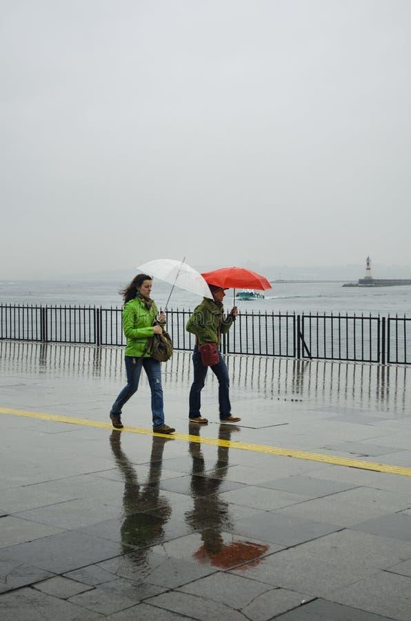 Люди пристани парохода Стамбула идя в дождь стоковое изображение