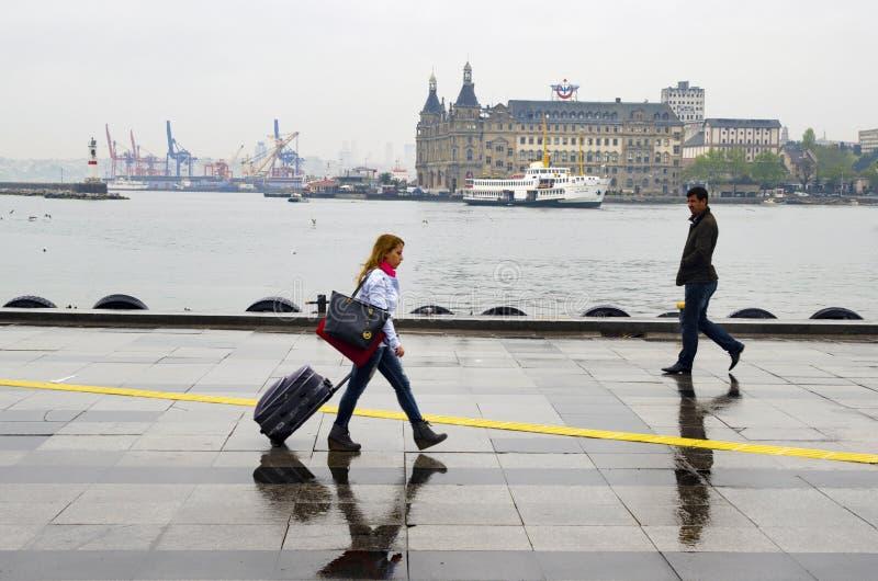 Люди пристани парохода Стамбула идя в дождь стоковое фото rf