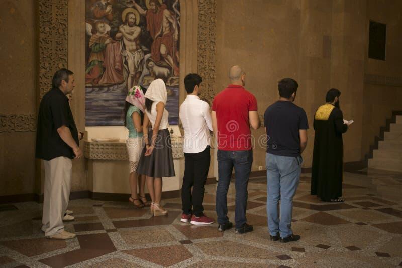 Люди присутствуя на массе в армянском комплексе монастыря Москвы стоковые фотографии rf