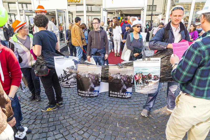 Люди протестуют для радушной культуры для беженцев стоковая фотография
