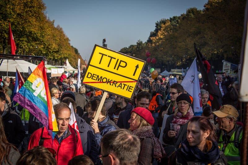 Люди протестуя против ttip в Берлине, Германии стоковое фото
