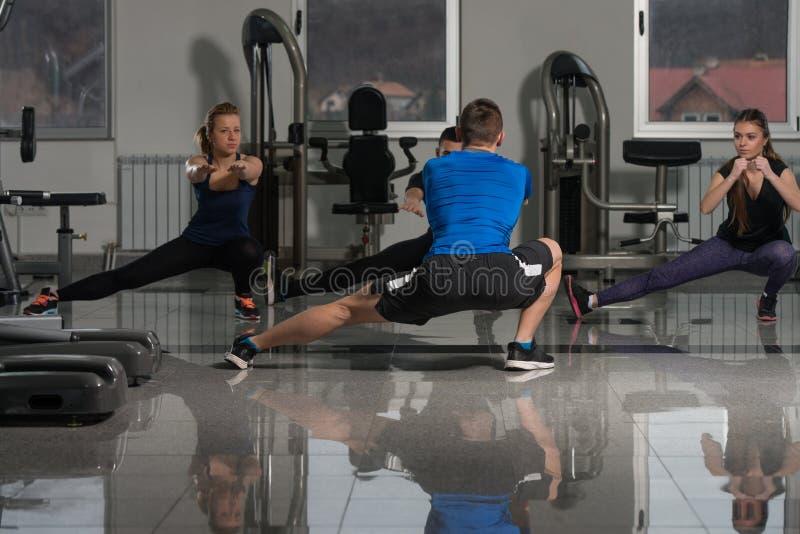 Люди протягивая во время класса фитнеса в фитнес-центре стоковые фотографии rf