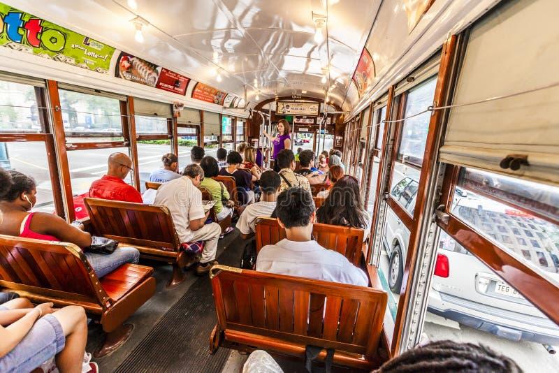 Люди путешествуют с известным старым автомобилем улицы в Новом Орлеане стоковая фотография