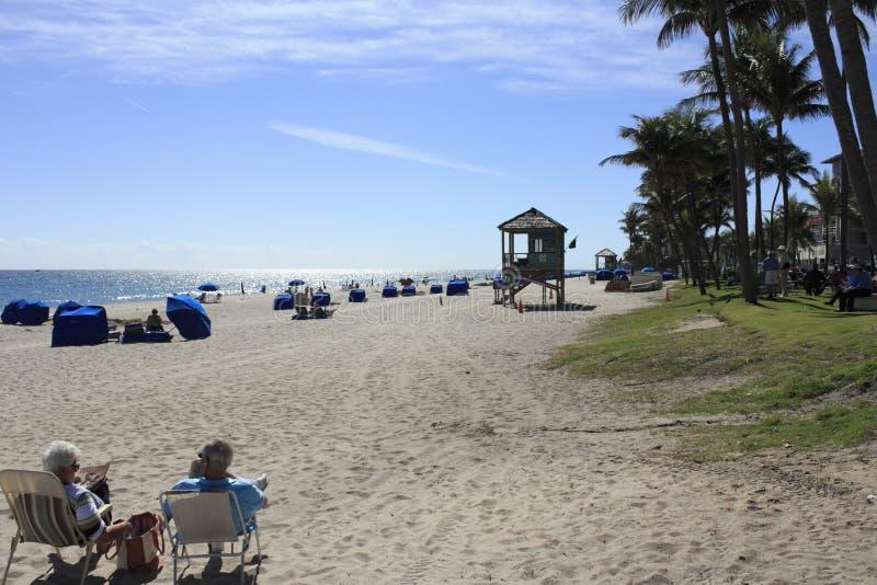 Люди пляжа Deerfield ослабляя стоковые фотографии rf