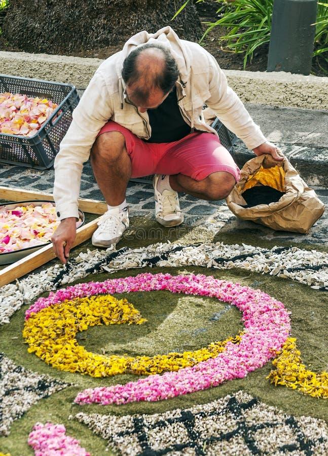 Люди работая в ковре цветков стоковое изображение rf