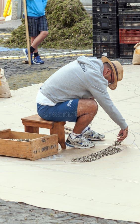 Люди работая в ковре цветков стоковые изображения rf