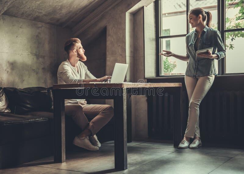 Люди работая в офисе стоковое изображение