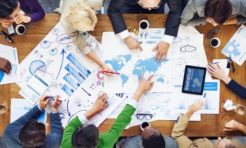 Люди работая и концепции глобального бизнеса стоковые фото