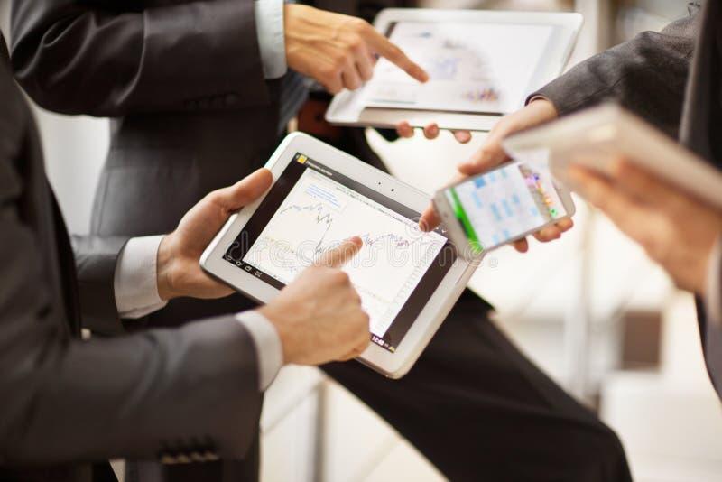 Люди работая с планшетом стоковое изображение