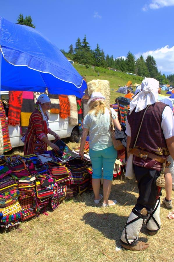 Люди рынка гор Rhodope, Болгария стоковая фотография rf