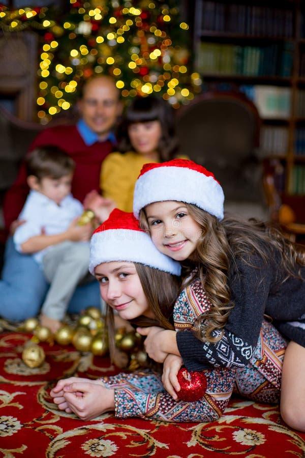 Люди семьи из пяти человек рождества, счастливые родители и их дети стоковое изображение
