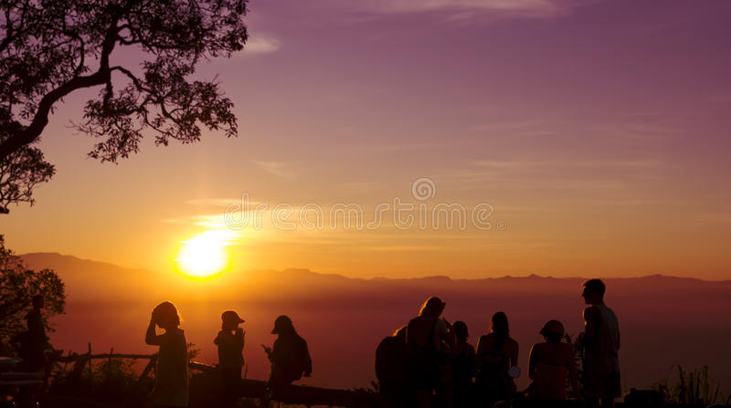 Люди силуэта захода солнца стоковая фотография