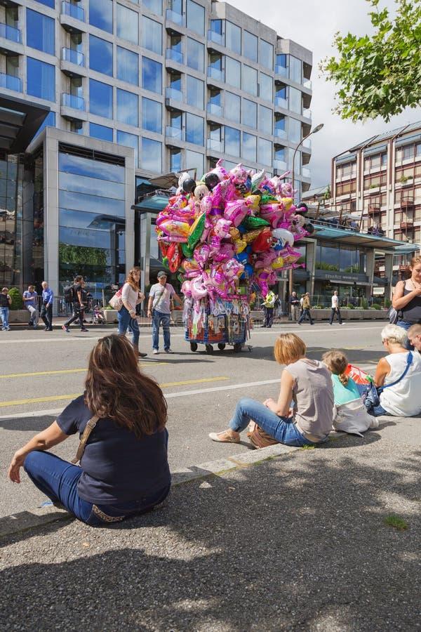 Люди сидя на обочине на улице в течение дня стоковая фотография