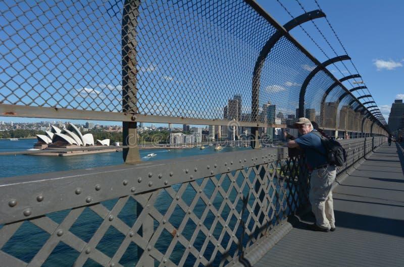 Люди смотрят взгляд от моста гавани Сиднея Сиднея нового s стоковое изображение