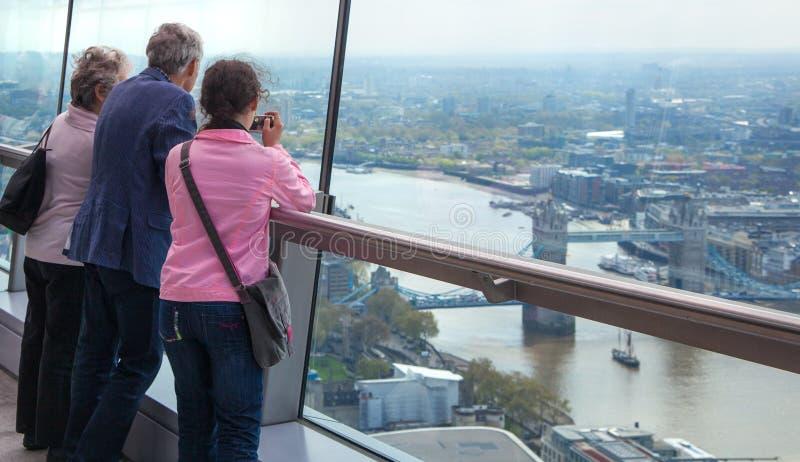 Люди смотря горизонт Лондона стоковая фотография rf