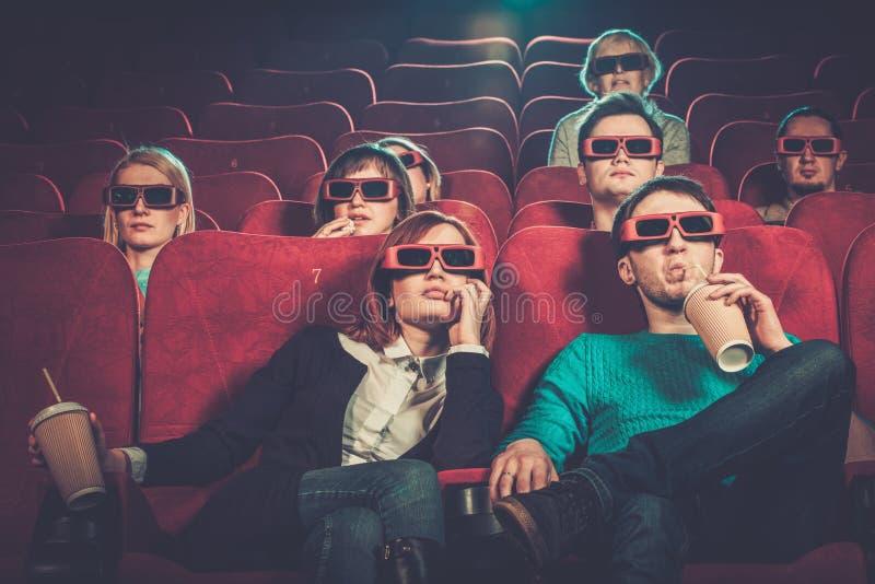 Люди смотря кино в кино стоковое изображение
