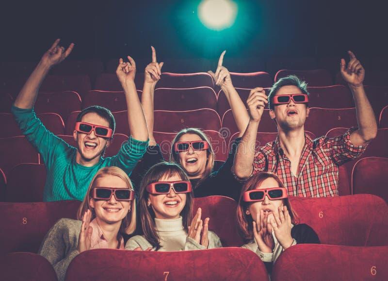 Люди смотря кино в кино стоковое фото