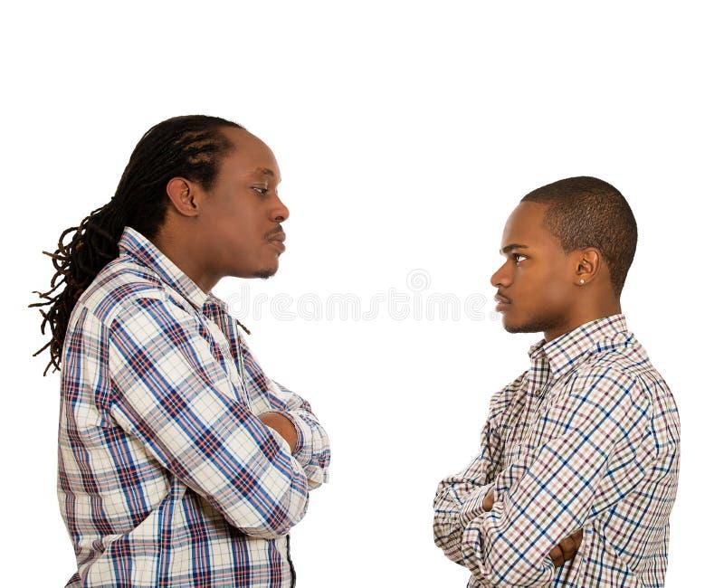 Люди смотря один другого с ненавистью, презрительностью стоковая фотография rf
