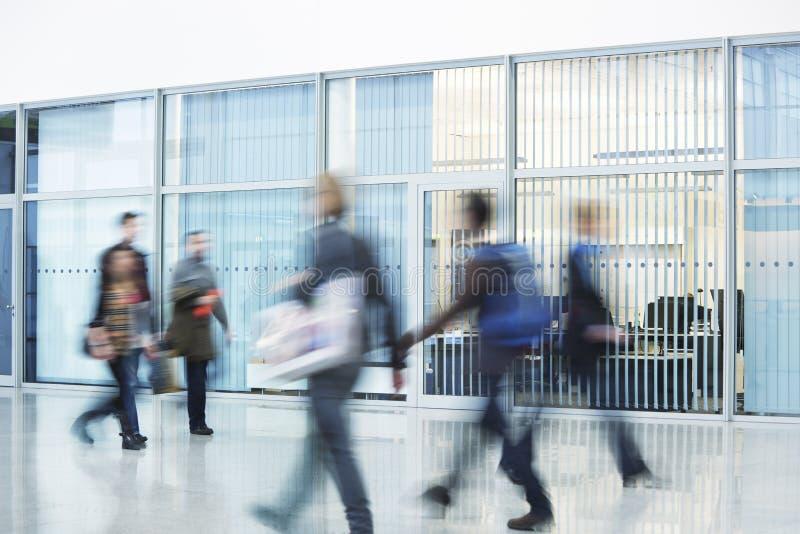 Люди спеша через коридор, нерезкость движения стоковое фото rf