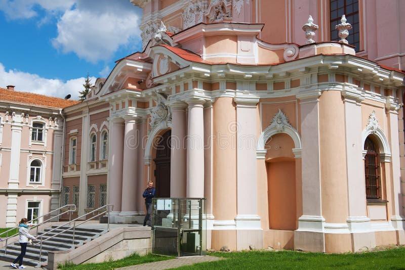 Люди стоят на входе к церков St Casimir в Вильнюсе, Литве стоковые фото
