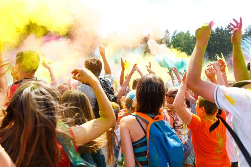 Люди танцев никакие ежегодный фестиваль holi стоковые фотографии rf