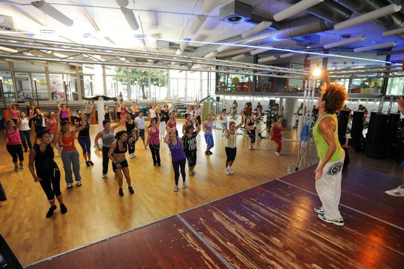 Люди танцуя во время фитнеса тренировки Zumba на спортзале стоковые фото