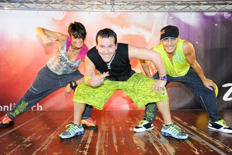 Люди танцуя во время фитнеса тренировки Zumba на спортзале стоковые изображения rf