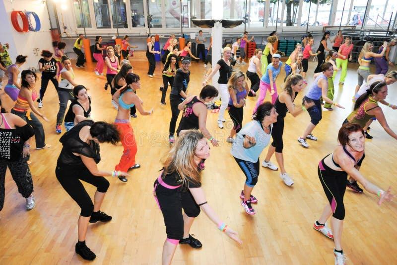 Люди танцуя во время фитнеса тренировки Zumba на спортзале стоковая фотография rf