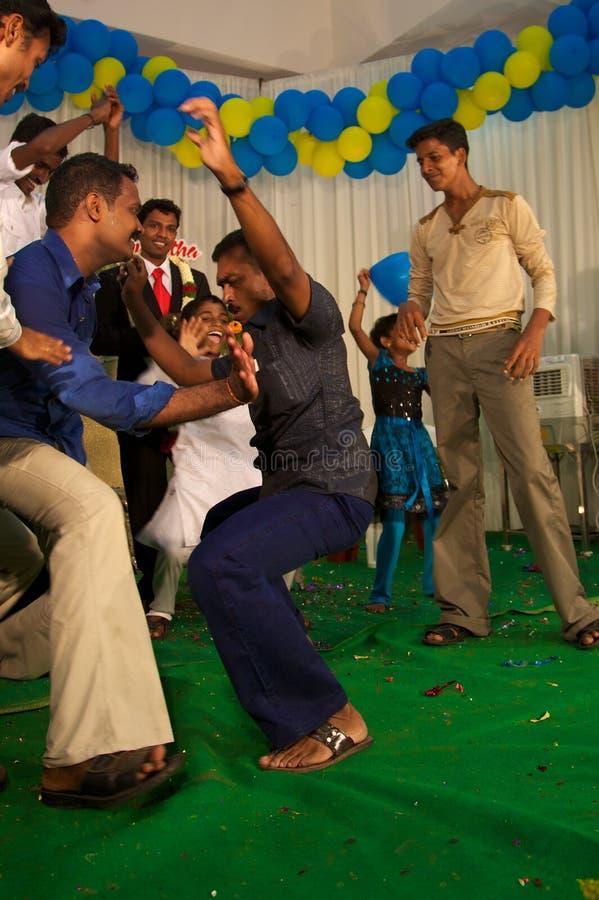Люди танцуя на weddingceremony в Индии стоковые фото