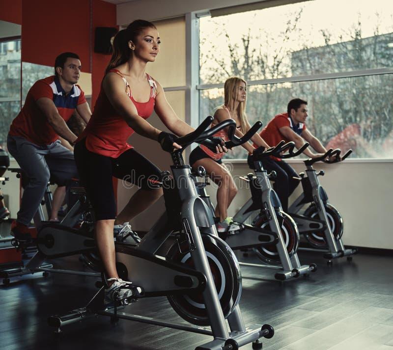 Люди тренируя в спортзале стоковые изображения rf