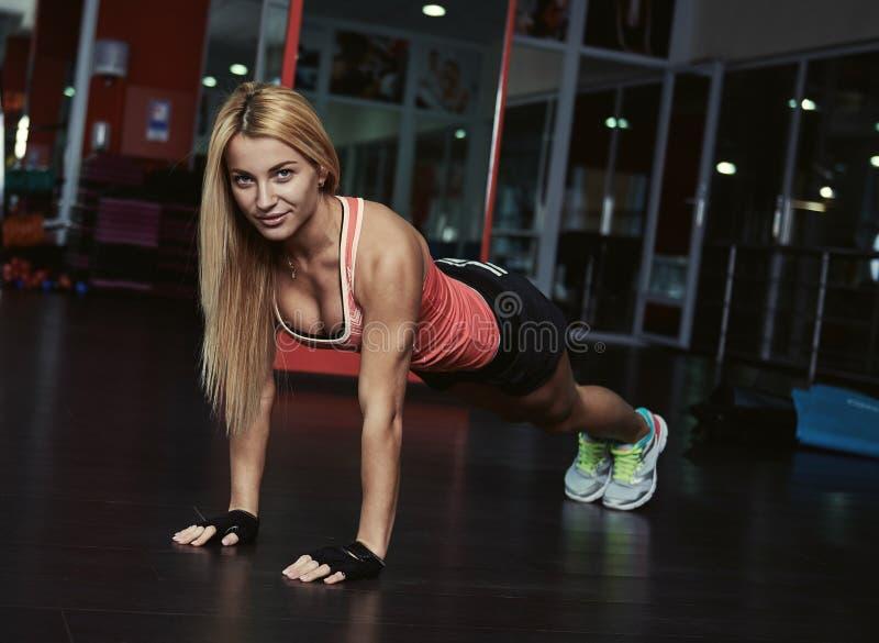 Люди тренируя в спортзале стоковое изображение rf