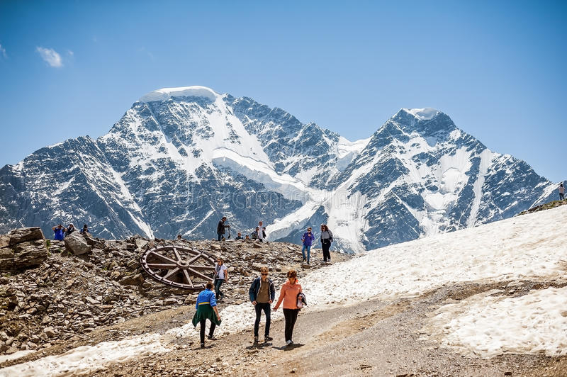 Люди - туристы и альпинисты отдыхая na górze держателя Cheget стоковые фотографии rf