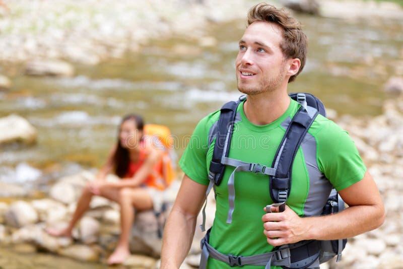 Люди - укомплектуйте личным составом hiker идя в парк Сиона стоковое фото