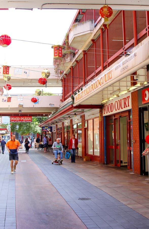 Люди ходят по магазинам в городке Китая, Аделаиде стоковое фото