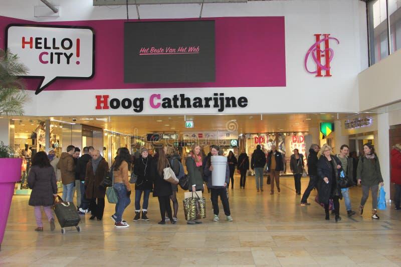 Люди ходят по магазинам в современном торговом центре Hoog Catharijne, Utrecht, Нидерландах стоковые фото