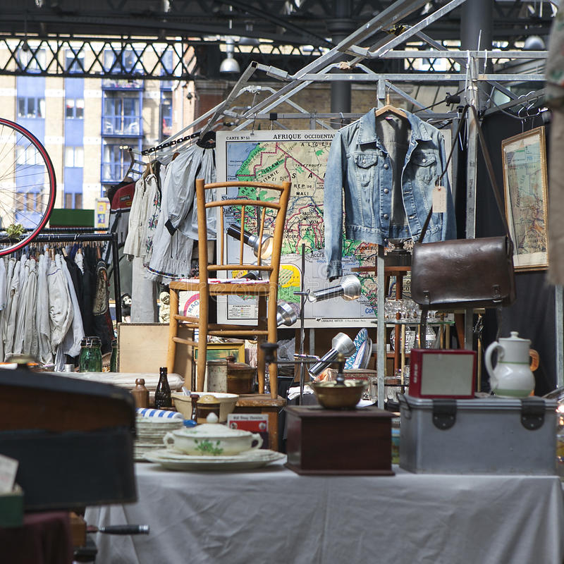 Люди ходят по магазинам на старом рынке Spitalfields в Лондоне Рынок существует стоковые изображения rf