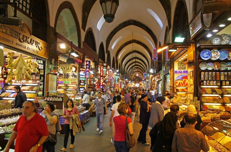 Люди ходя по магазинам внутри грандиозного благотворительного базара в Стамбуле стоковые изображения rf