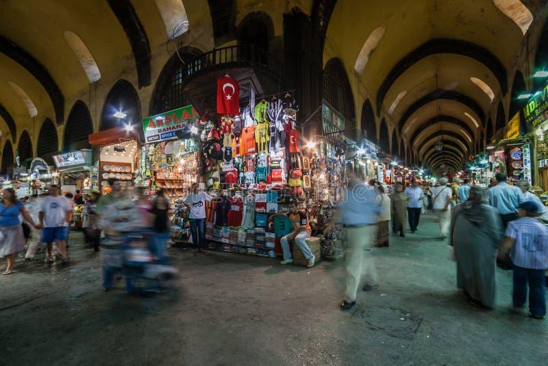Люди ходя по магазинам в грандиозном благотворительном базаре в Стамбуле, Турции стоковые изображения
