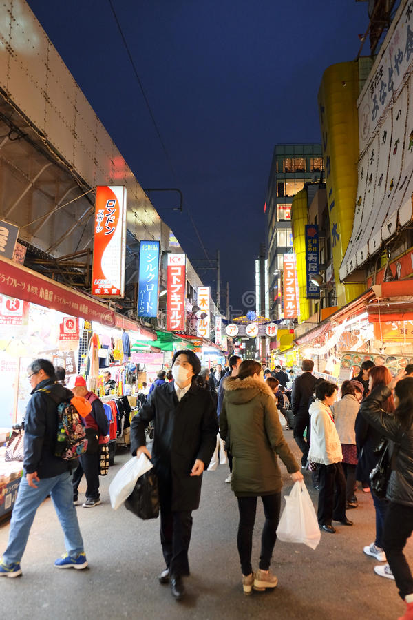 Люди ходя по магазинам в торговой улице Ameyoko стоковая фотография rf