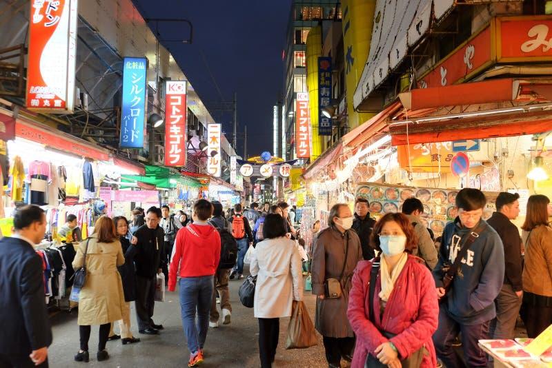 Люди ходя по магазинам в торговой улице Ameyoko стоковая фотография