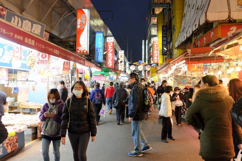 Люди ходя по магазинам в торговой улице Ameyoko стоковое фото rf