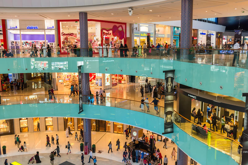 Люди ходя по магазинам в центре магазина мола Дубай стоковые фото