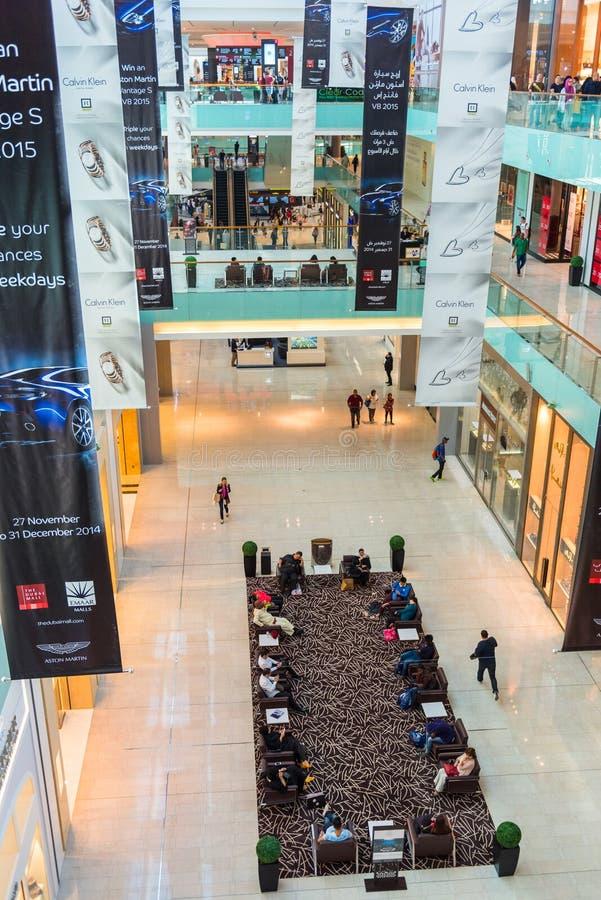 Люди ходя по магазинам в центре магазина мола Дубай стоковые изображения rf