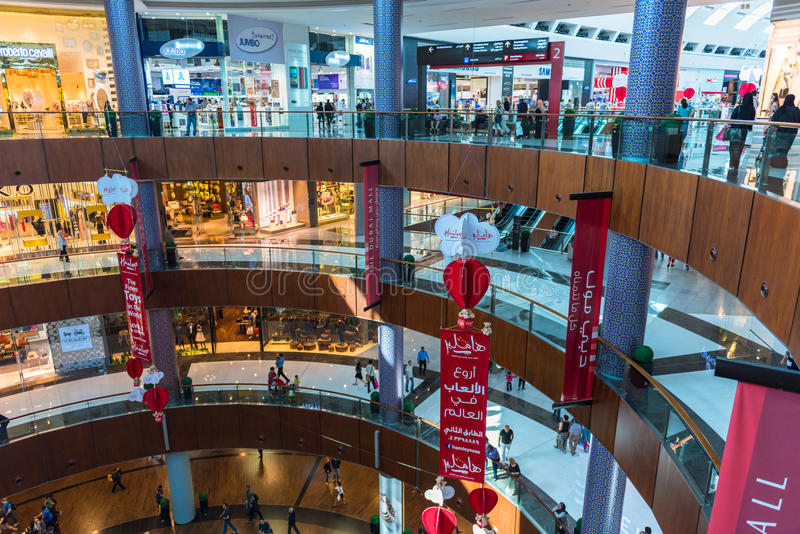 Люди ходя по магазинам в центре магазина мола Дубай стоковое изображение