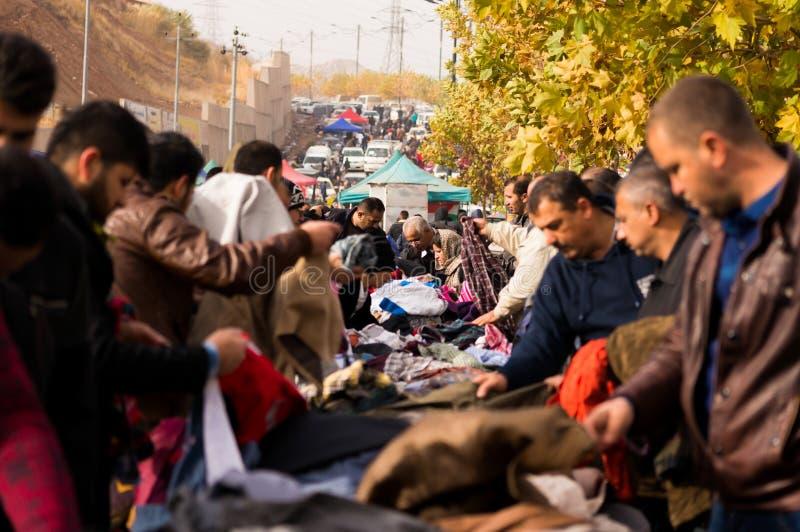 Люди ходя по магазинам для одежд в Ираке стоковые изображения