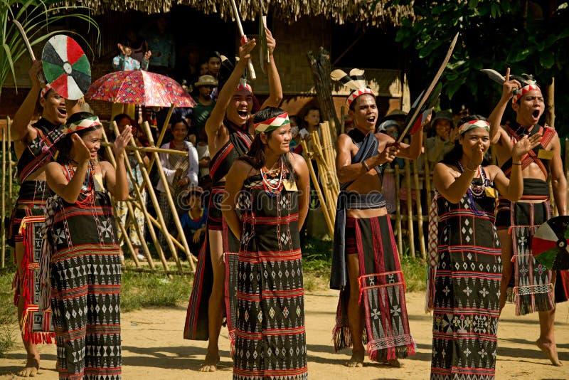 Люди этнического меньшинства танцуя во время фестиваля буйвола стоковые фотографии rf