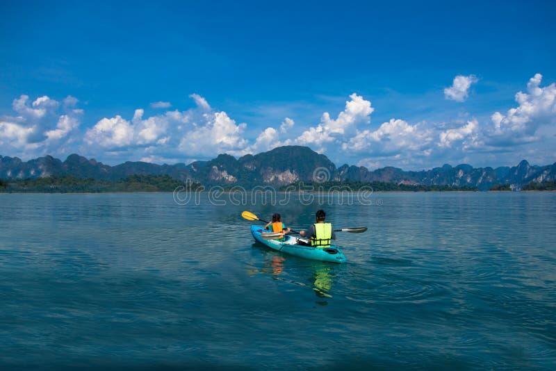 Люди canoeing на сценарном озере в лете, ТАИЛАНДЕ стоковое изображение rf