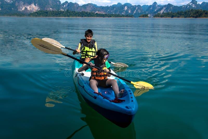 Люди canoeing на сценарном озере в лете, ТАИЛАНДЕ стоковое изображение