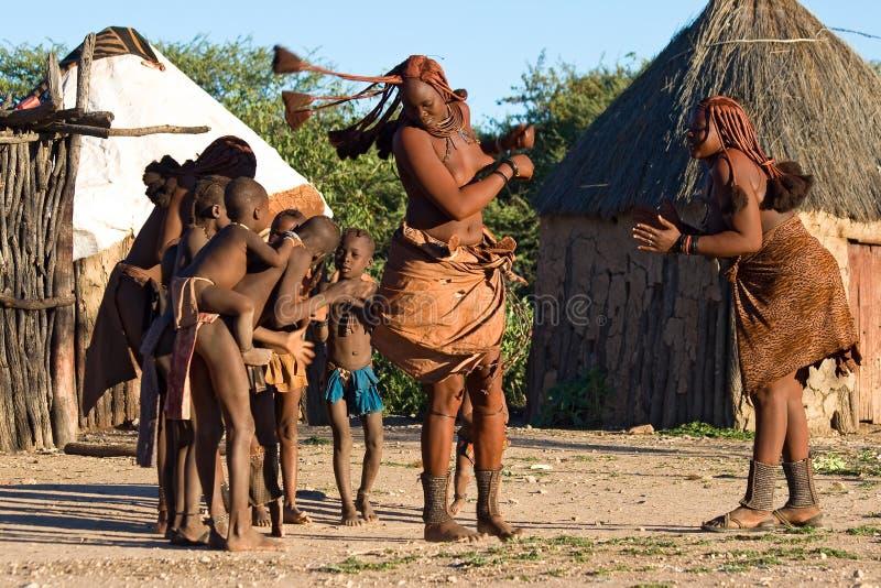 Люди Himba выполняют традиционный танец в намибийской деревне стоковое фото