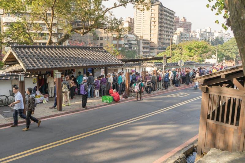 Люди queueing перед общественным домом ванны на рано утром стоковое фото rf